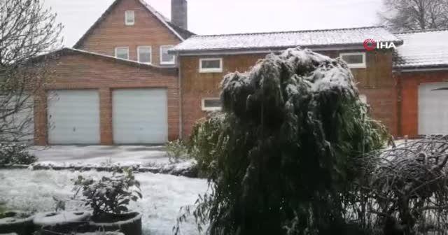 Almanya'da kar yağışı sokakları beyaza bürüdü