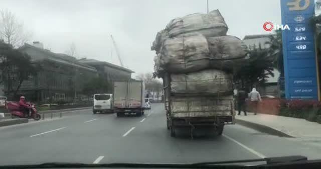 Aşırı yüklü kamyon, trafikte tehlike saçtı!