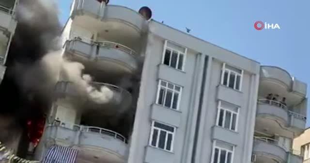 Apartmanda korku dolu anlar! Alevler bir anda evi sardı