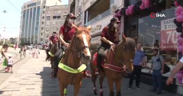 Atlı polislerden Taksim'de maske ve sosyal mesafe denetimi