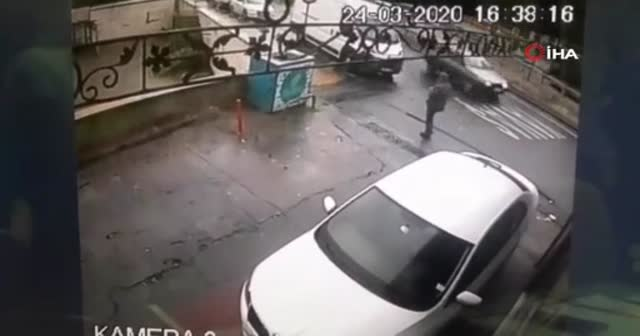 İstanbul'un göbeğinde güpegündüz kapkaç dehşeti kamerada