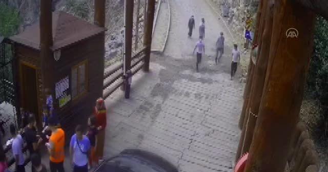Babasının omzundan düşen çocuğu jandarma personeli havada yakaladı