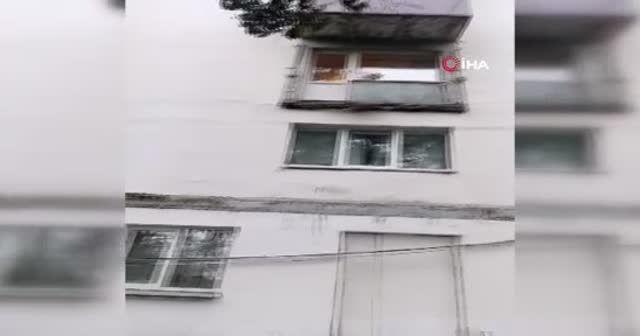 Çöken balkon yoldan geçenlerin üzerine düştü