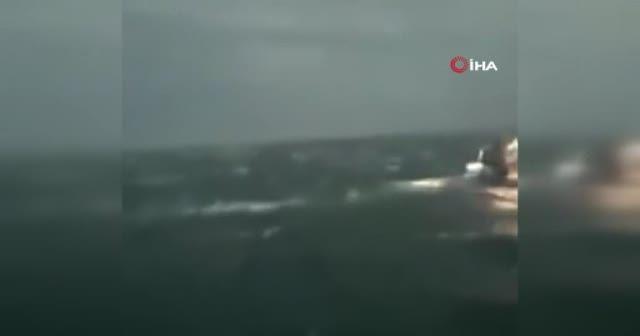Denize açılan balıkçı tekneleri, fırtınada dev dalgaların arasında kaldı