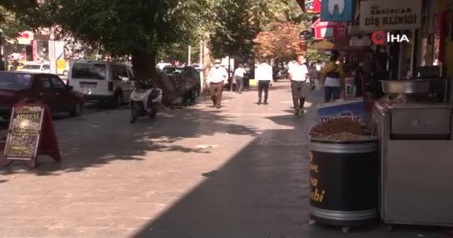 Erzincan'da şaşkına çeviren olay! Caddeye saçılan paraları saniyeler içinde topladılar