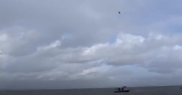 Dünya rekoru kırdı! 40 metreden paraşütsüz denize atladı