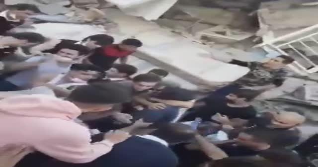 İzmir'den yüz güldüren haber. Bir vatandaş enkazdan sağ çıkarıldı.