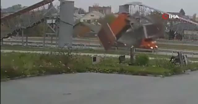 Korkunç kaza! Damperi açık unutan kamyon sürücüsü üst geçidi devirince ezilerek öldü