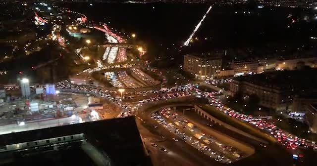 Paris'ten kaçış! Kısıtlama öncesinde yüz binler yollara döküldü, trafik felç oldu