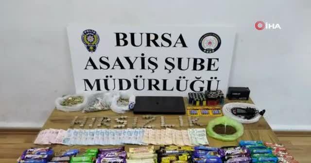 Marketten çelik kasa ve çikolata çalan hırsızlar yakalandı