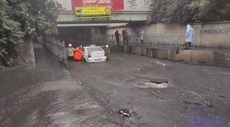 Alt geçitte mahsur kalan araç kurtarıldı
