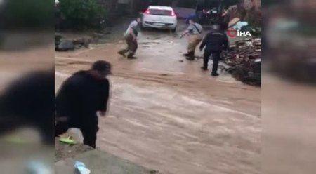 Ödemiş'i sağanak vurdu: Sele kapılan bir araç kurtarıldı