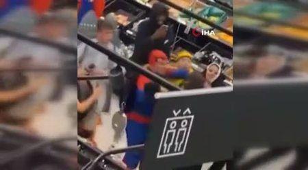 Örümcek adam kostümlü şahıstan markete saldırı