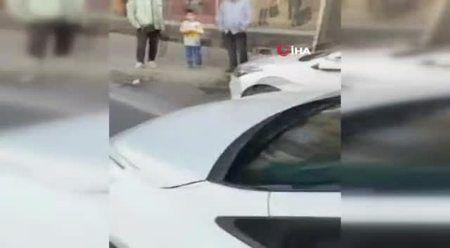 2 yaşındaki çocuğun olduğu aracı taşladı! Dehşet anları kamerada